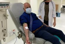 صورة وكيل صحة الغربية يتبرع بالدم لحث الموطنين على التبرع