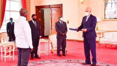 """صورة سفير مصر لدى أوغندا يقدم أوراق اعتماده للرئيس """"يوري موسيفيني"""""""