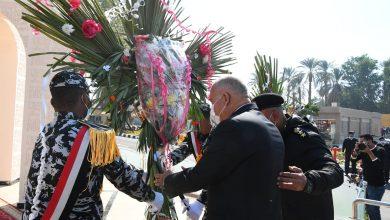 صورة محافظ قنا ومدير الأمن يضعان  إكليل من الزهور علي النصب التذكاري لشهداء الشرطة