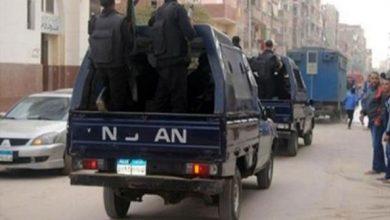 صورة ضبط مجموعة من الأشخاص حاولوا تحطيم مدخل أحد العقارات السكنية ببورسعيد