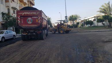 صورة رئيس جهاز  مدينة دمياط الجديدة يتابع أعمال رفع كفاءة الطرق بالحى الأول بالمدينة