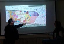 """صورة رئيس جهاز """"حدائق العاصمة"""" يناقش مع أحد المكاتب الاستشارية المخطط الاستراتيجي العام للمدينة"""