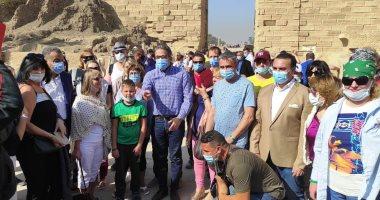 صورة وزير الآثار يؤكد على سعادته بأفواج السياح التى أقبلت على معبد الكرنك