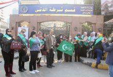 صورة بالصور.. سيدات الوفد يقدمن الورود لرجال الشرطة