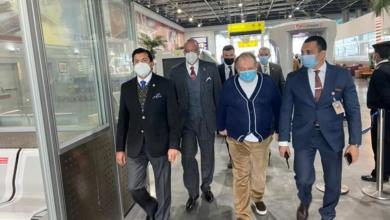 صورة وزير الرياضة يستقبل رئيس الاتحاد الدولي للرماية بمطار القاهرة