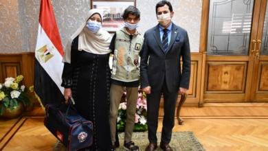 صورة وزير الشباب والرياضة يكرم الطفل ابراهيم محيسن ويمنحه شنطة ملابس رياضية