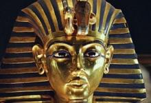 صورة المتحف المصري يوضح حقيقة تصوير قناع توت عنخ آمون خارج فاترينة العرض