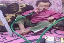 صورة ضبط المتهم بتصوير طفل يدخن شيشة وبجواره سلاح أبيض
